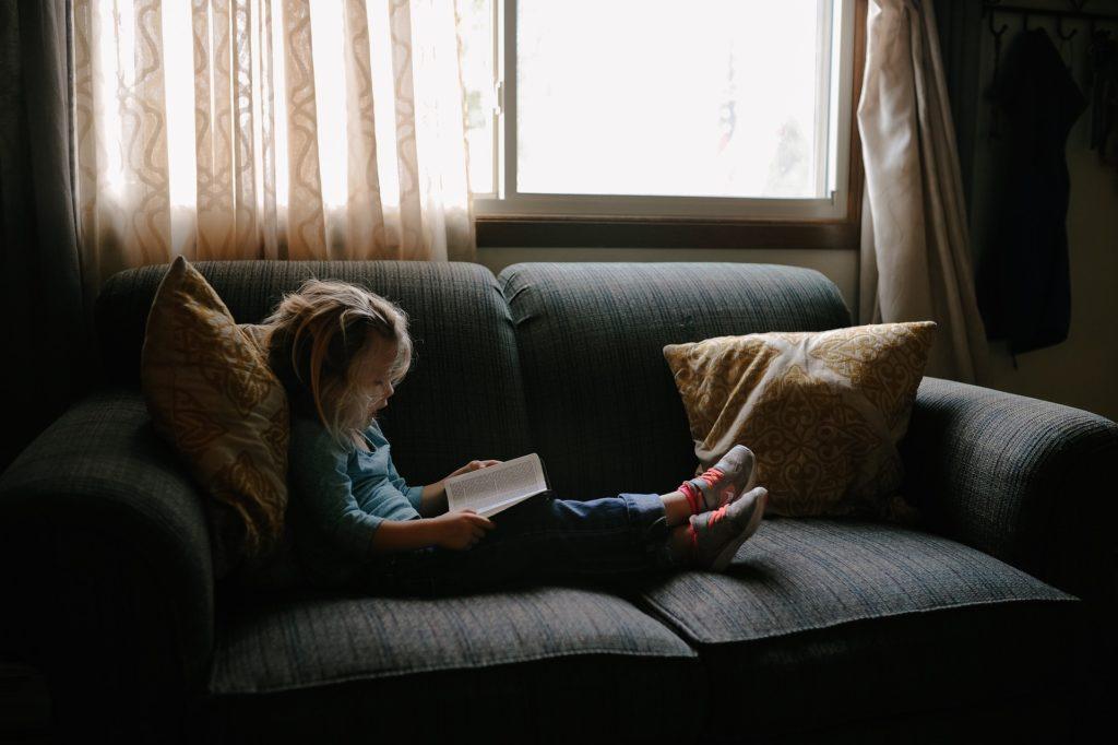 読書する子供のイメージ
